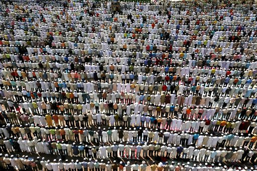 Muslims offer prayers on the last Friday of the holy month of Ramadan at the Jama Masjid in New Delhi, India, Friday, Sept. 18, 2009. (AP Photo/Mustafa Quraishi)